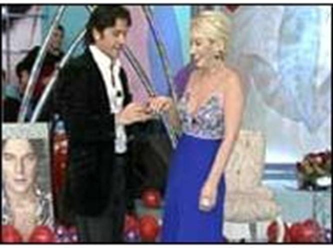 Seda Sayan canlı yayında nişanlandı